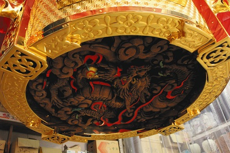 提灯下部に取り付けられた龍の模様の台座は初代提灯から引き継がれている
