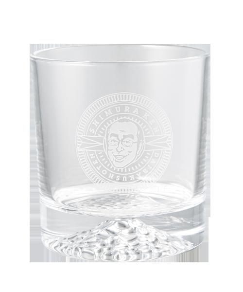 ロックグラス 4,400円 お酒が大好きだった志村さん。似顔絵をロゴ風に彫ったロックグラスです。