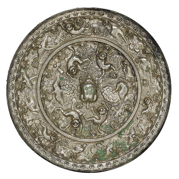 海獣葡萄鏡かいじゅうぶどうきょう 中国 唐時代・7世紀 たわわに実った葡萄とつる草のなかを獣が駆けまわっています。一説にこれは狻猊(さんげい)という獅子の仲間と考えられています。