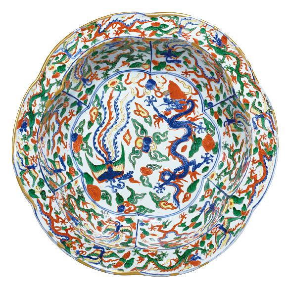 ごさいりゅうほうもんめんぼん 中国・景徳鎮窯「大明万暦年製」銘 明時代・万暦年間(1573~1620年) 横河民輔氏寄贈 コバルトで下絵付けをし、赤、黄色、緑などの上絵具で彩りを添えた五彩のやきもの。龍や鳳凰などが描かれています。